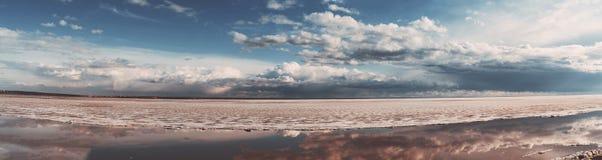 Πανόραμα της παγωμένης θάλασσας με το δραματικό ουρανό Στοκ εικόνα με δικαίωμα ελεύθερης χρήσης