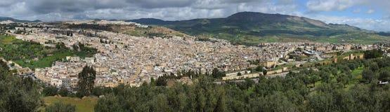 Πανόραμα της παλαιάς πόλης, το medina του Fez από το λόφο: τα πολυάριθμα αρχαία κτήρια σκορπίζονται από μια λουρίδα μεταξύ του πρ Στοκ Φωτογραφία