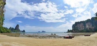 Πανόραμα της παραλίας Tonsai μεταξύ Railay και του AO Nang Στοκ εικόνες με δικαίωμα ελεύθερης χρήσης
