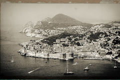 Πανόραμα της παλαιάς πόλης Dubrovnik με πολλές βάρκες στο μέτωπο στοκ εικόνα