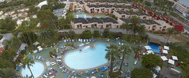 Πανόραμα της πισίνας σε ένα από τα ξενοδοχεία Tenerife, Κανάρια νησιά, Ισπανία Στοκ φωτογραφία με δικαίωμα ελεύθερης χρήσης