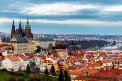 Πανόραμα της Πράγας άνοιξη από το Hill της Πράγας με το Κάστρο της Πράγας, Vlta Στοκ Εικόνες