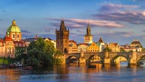 Πανόραμα της Πράγας, Δημοκρατία της Τσεχίας με την ιστορική γέφυρα του Charles και στοκ φωτογραφία