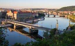 Πανόραμα της Πράγας με τον ποταμό Vltava το πρωί στοκ φωτογραφίες