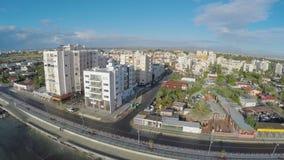 Πανόραμα της προκυμαίας στην πόλη της Λάρνακας, παραθεριστική πόλη στη Κύπρο, εναέρια άποψη φιλμ μικρού μήκους