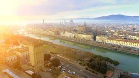 _ Πανόραμα της πόλης της ΦΛΩΡΕΝΤΙΑΣ στην Ιταλία με το θόλο και το della Signoria Palazzo και τον ποταμό arno στοκ εικόνες