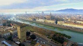 _ Πανόραμα της πόλης της ΦΛΩΡΕΝΤΙΑΣ στην Ιταλία με το θόλο και το della Signoria Palazzo και τον ποταμό arno στοκ εικόνα