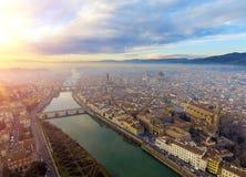 _ Πανόραμα της πόλης της ΦΛΩΡΕΝΤΙΑΣ στην Ιταλία με το θόλο και το della Signoria Palazzo και τον ποταμό arno στοκ φωτογραφία