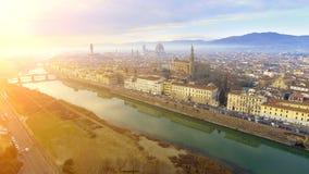 _ Πανόραμα της πόλης της ΦΛΩΡΕΝΤΙΑΣ στην Ιταλία με το θόλο και το della Signoria Palazzo και τον ποταμό arno στοκ φωτογραφίες