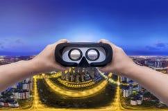 Πανόραμα της πόλης βραδιού με τα γυαλιά VR Στοκ φωτογραφία με δικαίωμα ελεύθερης χρήσης
