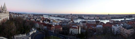 Πανόραμα της πόλης της Βουδαπέστης από τον προμαχώνα του ψαρά πριν από το ηλιοβασίλεμα Στοκ φωτογραφία με δικαίωμα ελεύθερης χρήσης