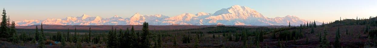 Πανόραμα της σειράς της Αλάσκας κατά τη διάρκεια του ηλιοβασιλέματος Στοκ Φωτογραφίες