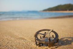Πανόραμα της τροπικής παραλίας με το παλαιό εκλεκτής ποιότητας ηλιακό ρολόι στοκ φωτογραφία