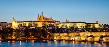 Πανόραμα της Τσεχίας κάστρων της Πράγας και γεφυρών του Charles τή νύχτα στοκ φωτογραφίες