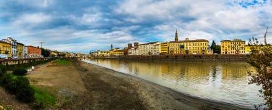 Πανόραμα της Φλωρεντίας στο υπόβαθρο του ποταμού Arno Στοκ Εικόνες