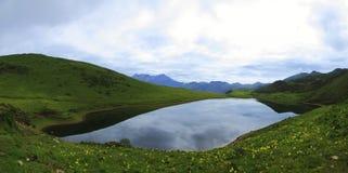 Πανόραμα της όμορφης λίμνης στην κορυφή του βουνού στοκ εικόνες