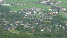 Πανόραμα τοπίων βουνών πρασινάδων και πόλης άποψη Yufuin, Ιαπωνία φιλμ μικρού μήκους