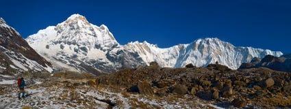 Πανόραμα τοπίων βουνών στο Ιμαλάια Οδοιπόρος που πηγαίνει στο στρατόπεδο βάσεων Annapurna Στοκ Εικόνες