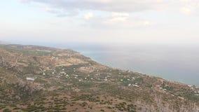 Πανόραμα τοπίων και θάλασσας από το σημείο εξέτασης βουνών, Κρήτη, Ελλάδα απόθεμα βίντεο