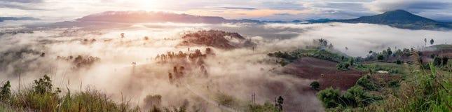 Πανόραμα τοπίων της Ταϊλάνδης των βουνών στην υδρονέφωση στο sunr Στοκ Φωτογραφία
