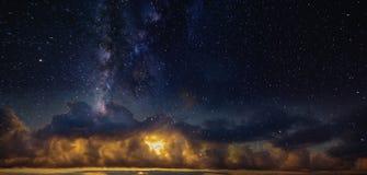 Πανόραμα του έναστρου ουρανού πέρα από τον κόκκινο ορίζοντα Στοκ φωτογραφία με δικαίωμα ελεύθερης χρήσης