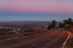Πανόραμα του βουνού και του χωριού στο πόδι του ηλιοβασιλέματος στοκ εικόνα