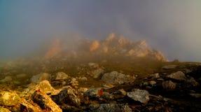 Πανόραμα του βουνού schalbus-Dag στην ομίχλη, Νταγκεστάν, Καύκασος Ρωσία Στοκ φωτογραφία με δικαίωμα ελεύθερης χρήσης