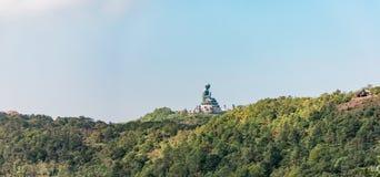 Πανόραμα του γιγαντιαίου αγάλματος του Βούδα στο νησί Lantau Στοκ φωτογραφία με δικαίωμα ελεύθερης χρήσης