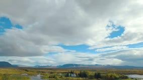Πανόραμα του εθνικού ισλανδικού πάρκου Thingvellir από το υψηλότερο σημείο στη θερινή ημέρα, νεφελώδης ουρανός απόθεμα βίντεο