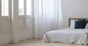 Πανόραμα του εσωτερικού της άσπρης άνετης κρεβατοκάμαρας απόθεμα βίντεο