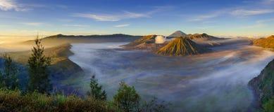 Πανόραμα του ηφαιστείου Bromo στην ανατολή, ανατολική Ιάβα, Ινδονησία Στοκ Εικόνες