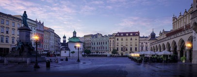 Πανόραμα του ιστορικού κέντρου πόλεων της Κρακοβίας τη νύχτα Στοκ Εικόνες