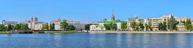 Πανόραμα του ιστορικού κέντρου Yekaterinburg από τη λίμνη πόλεων Στοκ Εικόνες