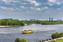 Πανόραμα του Κίεβου, ποταμός Dnipro, Ουκρανία Η άποψη από τη για τους πεζούς γέφυρα Το κίτρινο σκάφος μηχανών επιπλέει προς τα κά Στοκ εικόνες με δικαίωμα ελεύθερης χρήσης