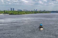 Πανόραμα του Κίεβου, ποταμός Dnipro, Ουκρανία Η άποψη από τη για τους πεζούς γέφυρα Το κίτρινο σκάφος μηχανών επιπλέει προς τα κά Στοκ Φωτογραφία