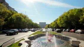 Πανόραμα του Κοινοβουλίου στο Βουκουρέστι, η πρωτεύουσα της Ρουμανίας με το δρόμο με έντονη κίνηση απόθεμα βίντεο