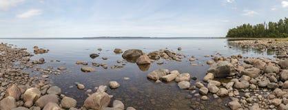 Πανόραμα του κόλπου της λίμνης Ladoga στο ευρωπαϊκό μέρος της Ρωσίας Στοκ εικόνα με δικαίωμα ελεύθερης χρήσης