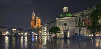 Πανόραμα του κύριου τετραγώνου αγοράς τη νύχτα, Πολωνία, Κρακοβία Στοκ Φωτογραφία