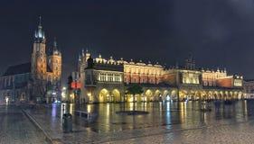 Πανόραμα του κύριου τετραγώνου αγοράς τη νύχτα, Πολωνία, Κρακοβία Στοκ φωτογραφίες με δικαίωμα ελεύθερης χρήσης