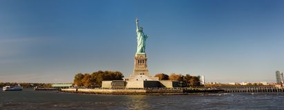 Πανόραμα του νησιού της ελευθερίας με το άγαλμα της ελευθερίας που βλέπει από το πορθμείο στον ποταμό του Hudson στοκ εικόνες