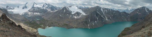 Πανόραμα του ορεινού τοπίου και του τοπίου κοντά στη λίμνη Alakol, ένας δημοφιλής προορισμός πεζοπορίας για τους τουρίστες κοντά  στοκ εικόνα