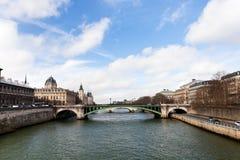 Ποταμός και Pont του Σηκουάνα d'Arcole στο Παρίσι Στοκ εικόνα με δικαίωμα ελεύθερης χρήσης