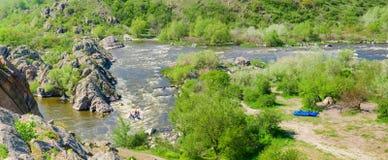 Πανόραμα του ποταμού με τα ορμητικά σημεία ποταμού και τη δύσκολη ακτή Στοκ εικόνα με δικαίωμα ελεύθερης χρήσης
