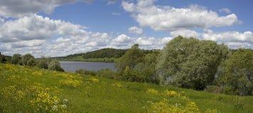 Πανόραμα του ποταμού με τα σύννεφα Στοκ Εικόνες