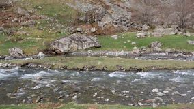 Πανόραμα του ποταμού στο βουνό απόθεμα βίντεο