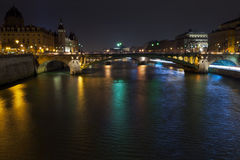Πανόραμα νύχτας του ποταμού του Σηκουάνα στο Παρίσι Στοκ φωτογραφία με δικαίωμα ελεύθερης χρήσης