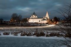 Πανόραμα του Σούζνταλ Κρεμλίνο Σούζνταλ εκκλησιών σπιτιών πανοράματος suzdal πόλης vladimir άσπρος ξύλινος τοπίου της Ρωσίας περι Στοκ Φωτογραφία
