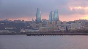 Πανόραμα του σύγχρονου Μπακού στο ηλιοβασίλεμα Ιανουαρίου φλυάρων απόθεμα βίντεο