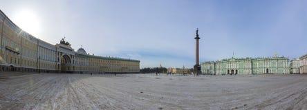 Πανόραμα του τετραγώνου παλατιών με το μουσείο ερημητηρίων χειμερινών παλατιών και τη στήλη του Αλεξάνδρου, Άγιος Πετρούπολη, Ρωσ στοκ εικόνες