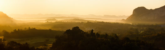 Πανόραμα του τοπίου βουνών ανατολής πρωινού σε νότιο του θορίου στοκ εικόνες με δικαίωμα ελεύθερης χρήσης